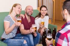 Amis traînant avec de la bière Photos libres de droits