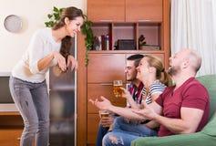 Amis traînant avec de la bière et des plaisanteries Photos libres de droits