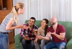 Amis traînant avec de la bière et des plaisanteries Images libres de droits