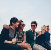 Amis traînant ensemble sur la terrasse Images stock