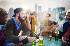 Amis traînant le concept de bonheur de dessus de toit de vacances Photo libre de droits