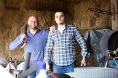 Amis travaillant à une ferme Image stock