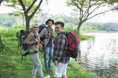 Amis trimardant dans l'activité extérieure d'été Photographie stock libre de droits