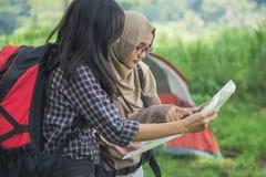 Amis trimardant dans l'activité extérieure d'été utilisant la carte Image libre de droits