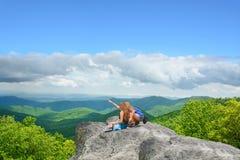 Amis trimardant en montagnes d'automne Photo libre de droits
