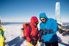 Amis trimardant ensemble en belle montagne d'hiver Photo libre de droits