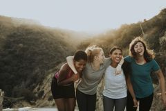 Amis trimardant par les collines de Los Angeles photo libre de droits
