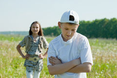 Amis tristes d'adolescent après querelle Image libre de droits