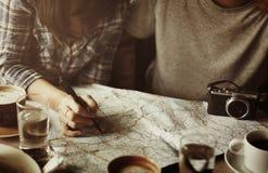 Amis trouvant le concept de voyage de carte de site Photos libres de droits