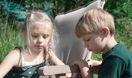 Amis - un garçon et une petite fille ont eu le combat Photos libres de droits