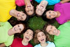 Amis unis heureux Photo stock
