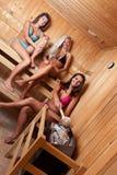 Amis utilisant le sauna Photo libre de droits