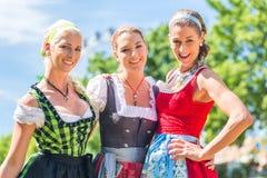Amis visitant juste bavarois ayant l'amusement Photo stock