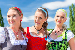 Amis visitant juste bavarois ayant l'amusement Photos stock