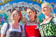 Amis visitant juste bavarois ayant l'amusement Photos libres de droits