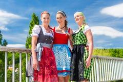 Amis visitant juste bavarois ayant l'amusement Photo libre de droits