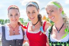 Amis visitant juste bavarois ayant l'amusement Photographie stock