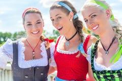 Amis visitant juste bavarois ayant l'amusement Images libres de droits