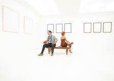Amis visitant une exposition d'art Images stock