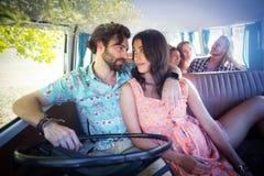 Amis voyageant dans campervan Image stock