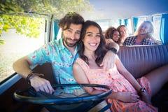 Amis voyageant dans campervan Photographie stock libre de droits
