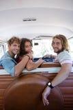 Amis voyageant dans campervan Photo libre de droits