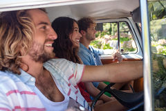 Amis voyageant dans campervan Photos stock