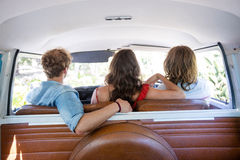 Amis voyageant dans campervan Photographie stock