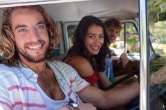 Amis voyageant dans campervan Images stock