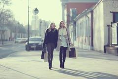 Amis voyageant dans la ville Photographie stock libre de droits