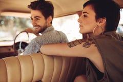Amis voyageant en une voiture Images stock