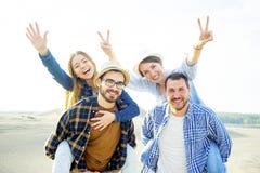 Amis voyageant ensemble Photographie stock libre de droits