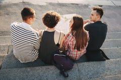 Amis voyageant ensemble Images libres de droits
