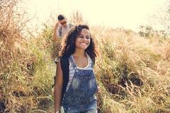 Amis voyageant ensemble dans la forêt Photographie stock libre de droits