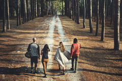 Amis voyageant ensemble dans la forêt Images libres de droits