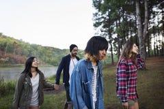 Amis voyageant ensemble dans la forêt Image stock