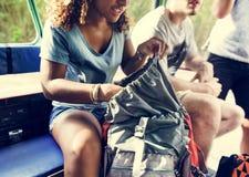 Amis voyageant ensemble dans la lumière chaude de jour Images libres de droits