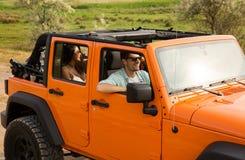Amis voyageant ensemble en une voiture Photos stock