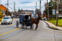 Amischer Buggy im Verkehr-Dorf auf altem Philadelphia Pike stockbilder