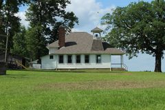 Amisches Schulhaus auf einem Hügel lizenzfreie stockfotos