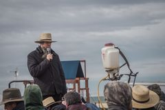Amish auktionsförrättare på årliga Bart Mud Sale Royaltyfri Foto