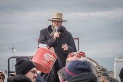 Amish auktionsförrättare på Bart Mud Sale Arkivbilder