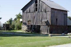 Amish barnvagn och gammal ladugård i landet Arkivfoton