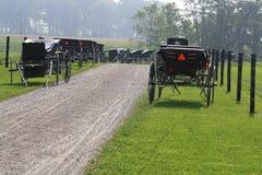 Amish Buggies bij Kerk stock fotografie