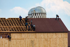 Amish che lavorano al tetto del granaio Fotografie Stock