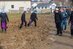 Amish che passano attraverso il fango fotografie stock libere da diritti