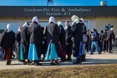 Amish kvinnor på gyttja Sale för brandstation Arkivfoto