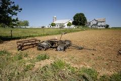 Amish lantgårdutrustning i fält arkivfoton