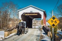 Amish powozik przy tkacza młynem Zakrywał most fotografia stock