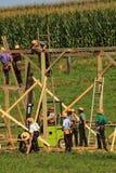 Amish que constroem um celeiro fotografia de stock